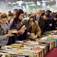 Salone della cultura a Milano, a caccia di rarità nel paradiso dei libri vintage
