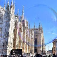 Milano, bolle di sapone in piazza Duomo: l'artista conquista tutti