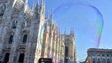 Bolle di sapone in piazza Duomo, l'artista incanta