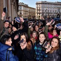 Fedez e J-Ax a Milano, la folla di fan invade piazza Duomo