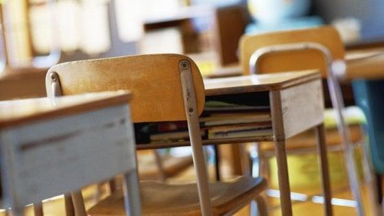 Scuola, bimba di 8 anni travolta dalla porta del bagno nel Lecchese: ricoverata in ospedale