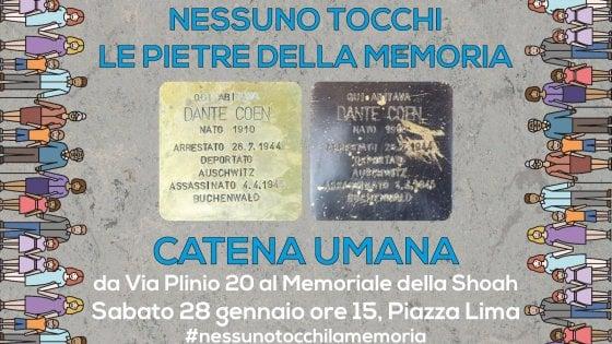 """Milano, una catena umana per difendere le pietre d'inciampo: """"Nessuno tocchi la Memoria"""""""