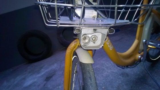 """Milano, adolescente ruba bici pubblica: il padre lo denuncia a BikeMi. """"Mi scuso per lui, pagherò i danni"""""""