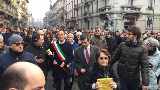 """Shoah, in cinquemila in piazza uniti dal filo rosso: """"Milano non dimentica e difende la Memoria"""""""