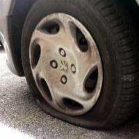 Bergamo, squarciava le gomme delle auto: denunciato un pensionato