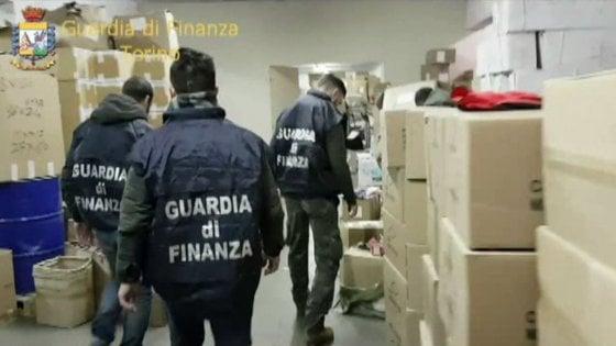 Milano, colla per bambini pericolosa: maxisequestro della Finanza, un milione e mezzo di articoli in totale