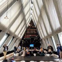Milano, la movida tra i libri: cultura da tutto esaurito nelle piramidi Feltrinelli
