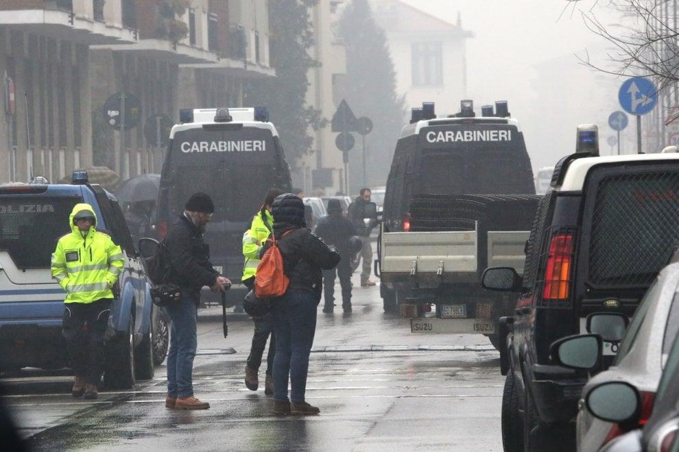 Milano, lo sgombero della ex fabbrica occupata dai migranti