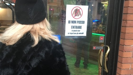 """Monza, nel bar vietato alle donne in pelliccia. Un visone sul cartello: """"Io non posso entrare"""""""