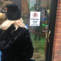 Monza, nel bar vietato alle donne in pelliccia. Un visone sul cartello: