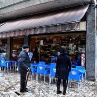 Milano, entra in un bar e spara con una pistola a pallini: feriti due ragazzi