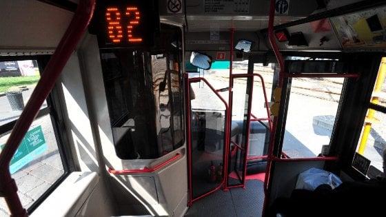Sosta vietata blocca il bus, automobilisti in attesa aggrediscono l'autista: preso a schiaffi