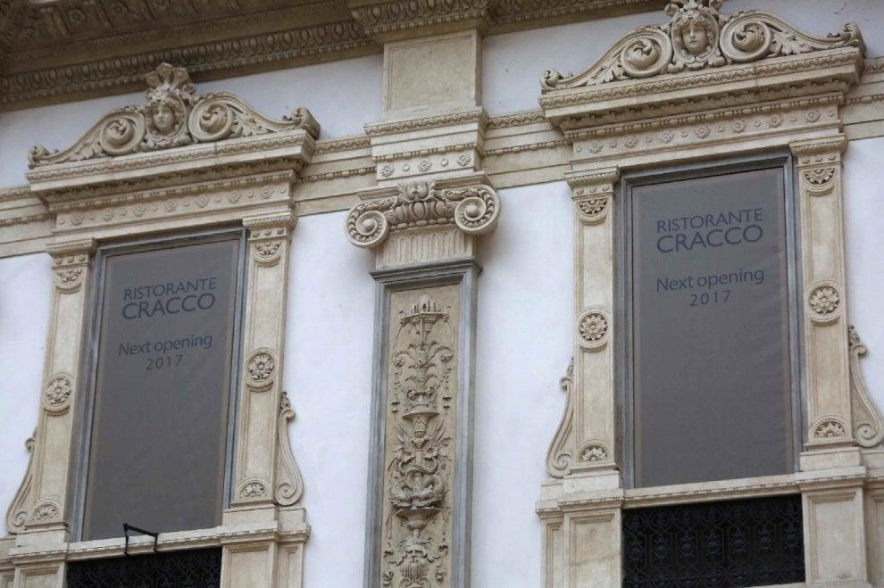 Cracco tra le griffe, in Galleria a Milano spunta il logo del nuovo ristorante