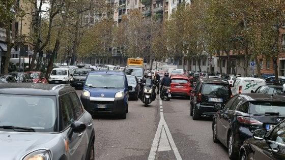 Milano, una tassa sugli automobilisti pendolari per pagare i lavori stradali: il Comune studia come fare