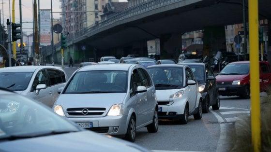 """Milano, chiuso il raccordo autostradale: traffico in tilt. """"Lavori lampo in tangenziale e poi autovelox"""""""