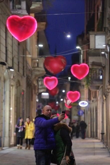 San valentino a milano piovono cuori in via della spiga for Valentino via turati milano