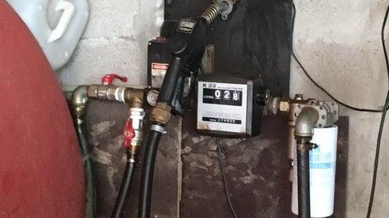 Pavia, un distributore abusivo nel garage: gasolio e benzina low cost, denunciato