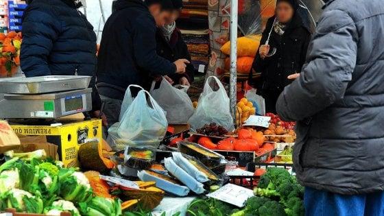Milano, la battaglia persa contro i sacchetti di plastica proibiti: 100mila al giorno solo nei mercati