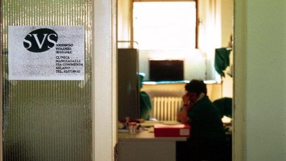 Milano, 15enne picchiata e violentata in treno