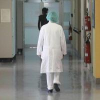 Varese, follia in ospedale: troppa attesa per la visita e spacca una vetrata