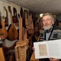 Monza, il signore delle arpe ricrea con il legno gli strumenti di Leonardo
