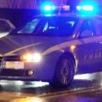 Pavia, ladri sparano alla polizia e si schiantano in auto contro un muro: un arresto