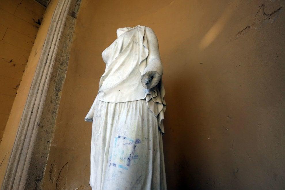 Milano, amputano il braccio della ninfa del Cagnola: taglia da 500 euro sui vandali