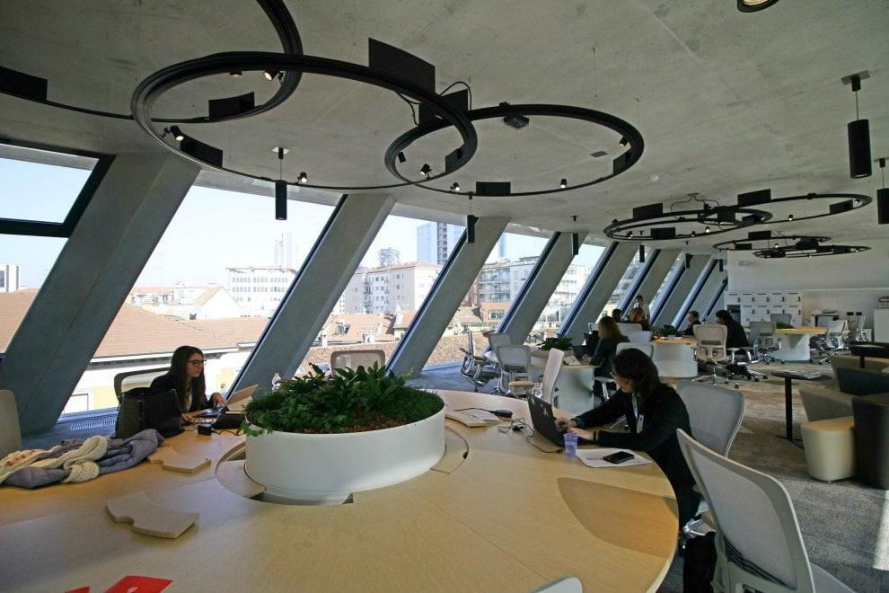 Smartworking e sei piani di vetro la nuova sede microsoft for Uffici a milano