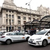 Tassisti in rivolta a Milano, stop al servizio in centrale: bloccate le auto Ncc, tensione