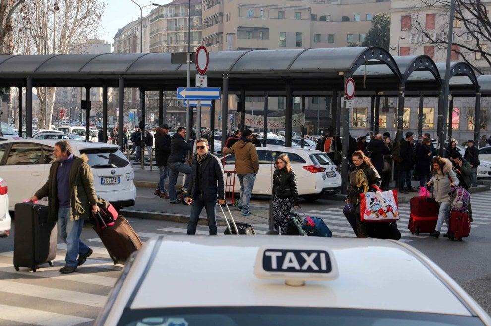 Milano, tassisti in rivolta per le norme pro Uber: disagi in stazione centrale