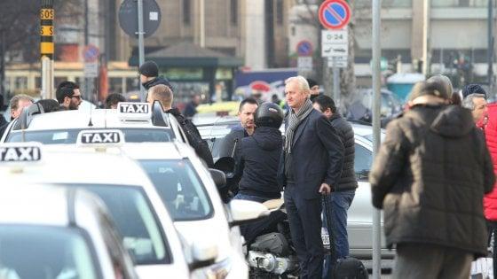 Milano, tensione per il blocco selvaggio dei tassisti: in Centrale non caricano i clienti