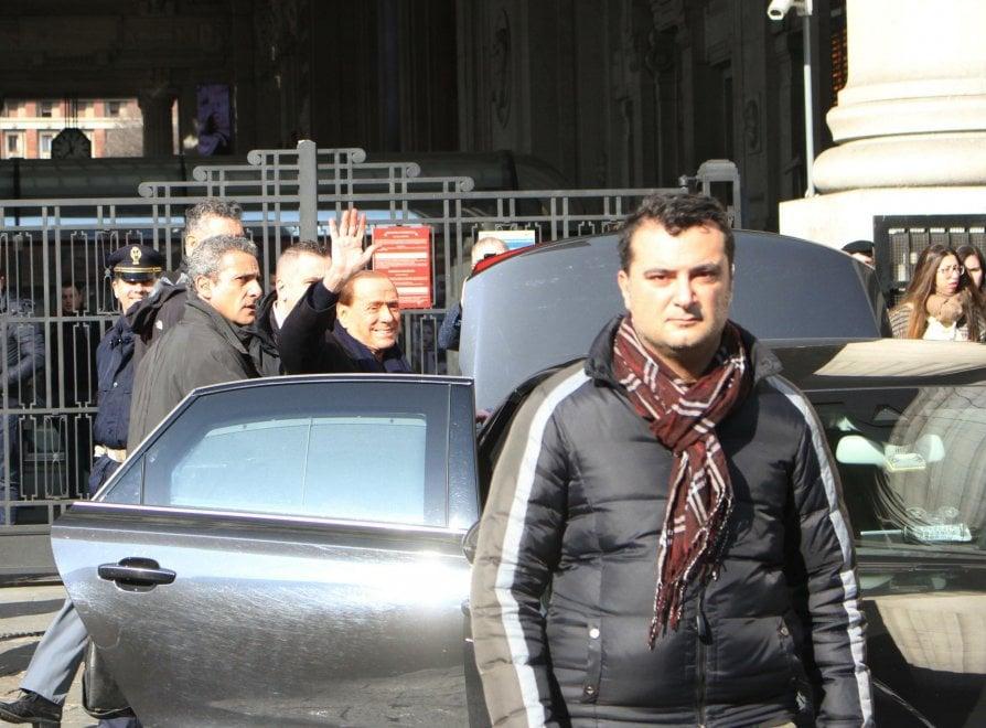 Milano, Berlusconi a sorpresa in stazione: il saluto con i tassisti