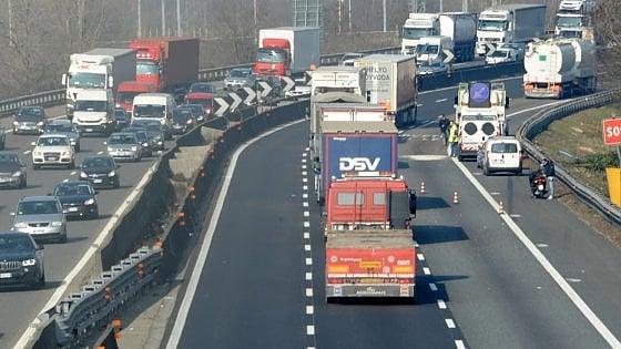 Milano, grave incidente sulla A1 allo svincolo del Corvetto. Un ferito estratto dalle lamiere
