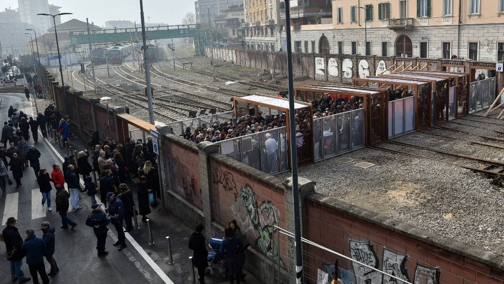 Porta genova pane e salame per festeggiare la grande - Milano porta genova treni ...