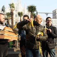 Palme in piazza Duomo, la Lega porta in strada casse di banane: distribuite ai passanti