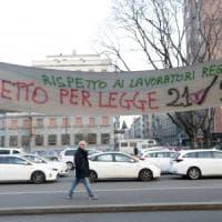 Milano, autista Ncc minaccia i tassisti con una pistola giocattolo. Aggredito driver Uber