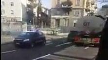 C'è un sospetto sul camion, i carabinieri lo inseguono in retromarcia