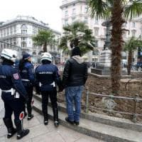 """Palme bruciate a Milano, c'è l'identikit del vandalo. La polizia locale: """"Si presenti e..."""