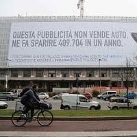 Milano, spunta la pubblicità mangiasmog: così i cartelloni intrappolano