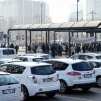 Milano, sesto giorno di protesta dei tassisti: lite e spintoni a due turisti. Aggredito conducente Ncc
