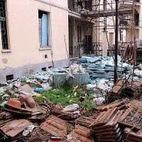 Milano, il cortile delle case Aler è una discarica: lavori iniziati nel 2004 e mai finiti