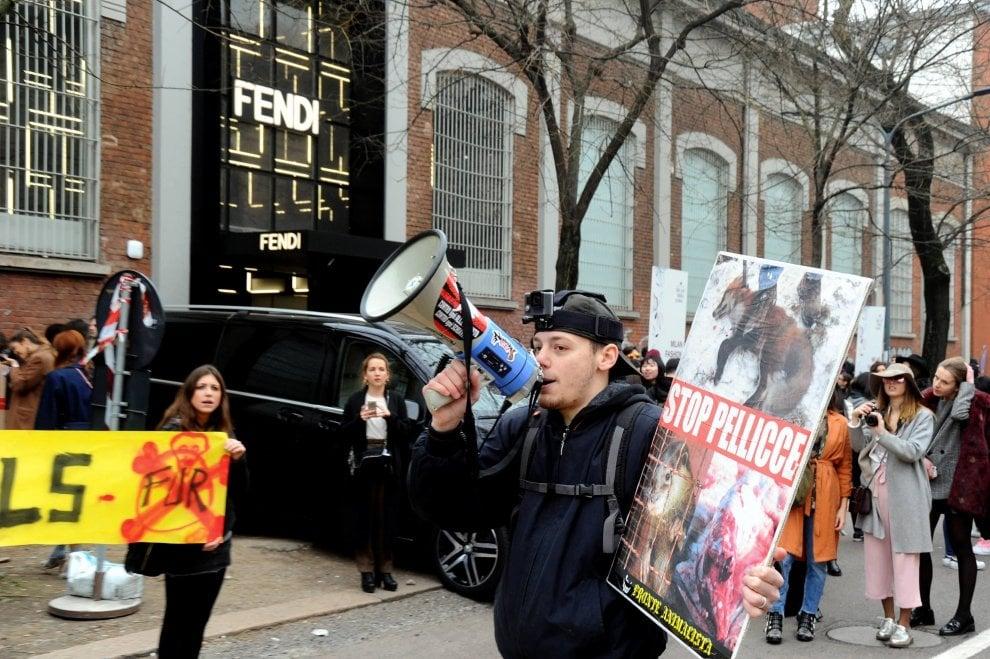 """Milano, la protesta degli animalisti alla sfilata di Fendi:""""Stop pellicce"""""""