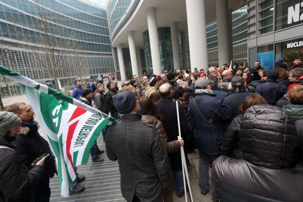 Milano, presidio dei lavoratori della Ast contro le riforma della sanità regionale