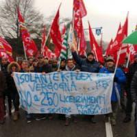 """Brianza, operai K-Flex bloccano la provinciale: """"Licenziano e investono all'estero"""". Il..."""