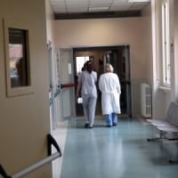 Milano, tenta di rubare un portafoglio in Policlinico e aggredisce i medici