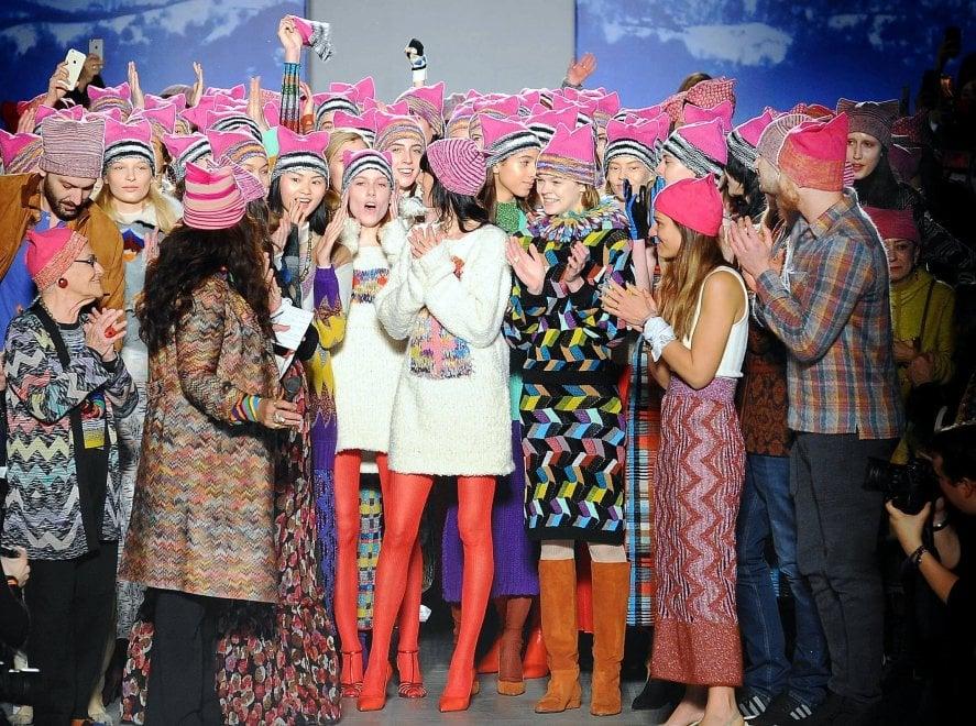 Moda e diritti delle donne, in passerella a Milano sfilano i Pussyhat rosa di Missoni