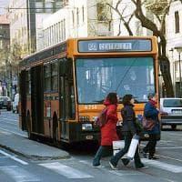 Milano, attese più lunghe per 20 linee di bus: mini tagli al via con polemiche