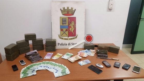 Milano, arrestati due pusher: avevano 14 chili di hashish e 14mila euro in contanti