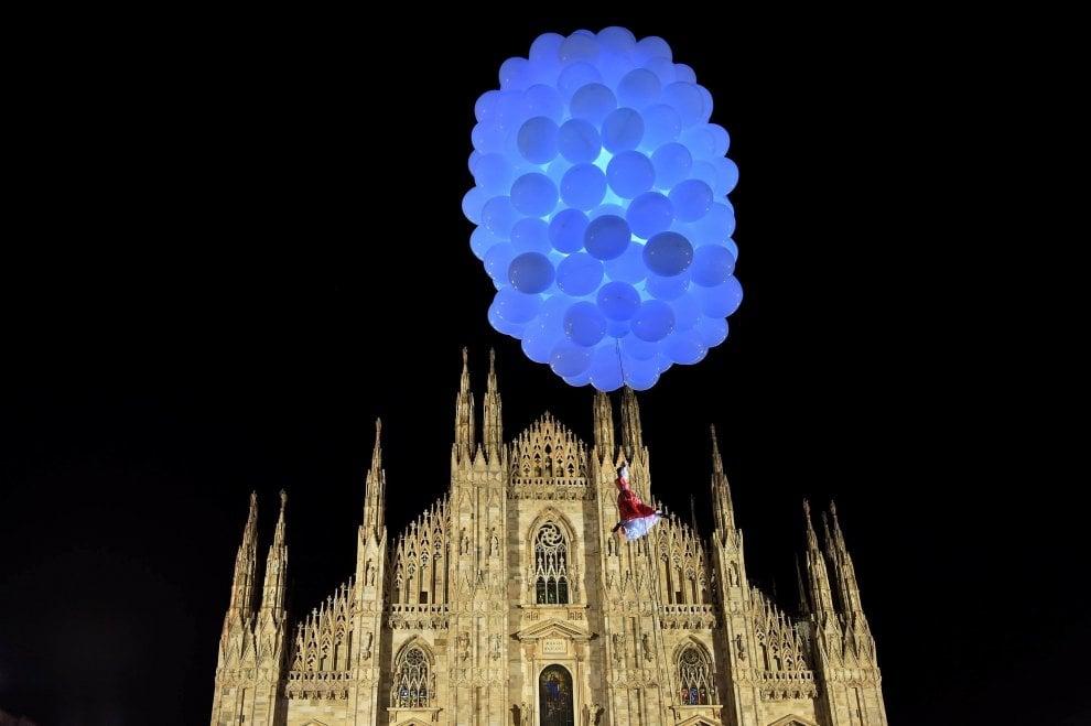 Milano, le maschere volanti del Carnevale Ambrosiano atterrano in piazza Duomo