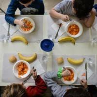 Scuola, uva e mele non merendine: con la frutta a metà mattina, a pranzo